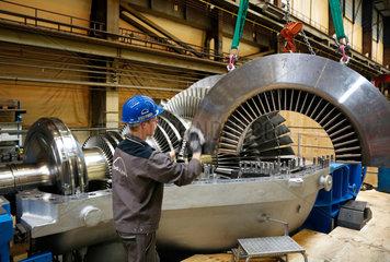 Oberhausen  Deutschland  Industriemechaniker arbeitet an einer Dampfturbine bei MAN Diesel & Turbo SE
