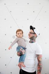 Portrait taetowierter Vater mit Kind