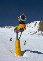 Valbella  Schweiz  eine Schneekanone im Skigebiet Staetzertaeli
