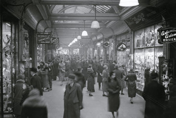 Christmas shopping scenes at Liverpool St a