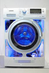Berlin  Deutschland  Waschmaschine der Firma Siemens auf der IFA 2011