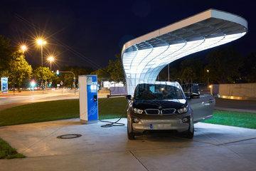 Muenchen  Deutschland  ein Elektro-Fahrzeug an einer Ladesaeule