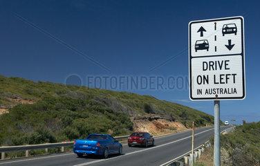 Aireys Inlet  Australien  ein Strassenschild weist auf den Linksverkehr hin