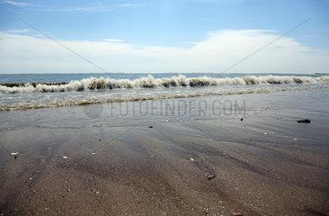 Sylt  Deutschland  Wellen am Strand von Hoernum