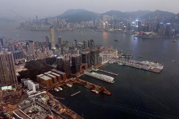 Hong Kong  China  Blick auf den Victoria Harbour und Hong Kong Island bei Daemmerung