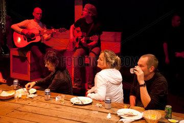 Bochum  Deutschland  Kleinkuenstler unterhalten die Gaeste auf dem Melez Festival