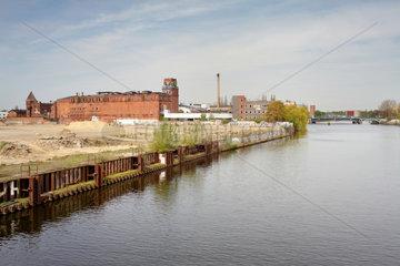 Berlin  Deutschland  Industriebrache am Spreeufer und Ruine der ehemaligen Baerenquell-Brauerei
