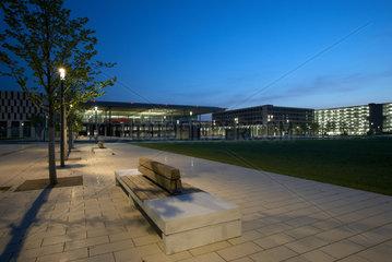 Schoenefeld  Deutschland  Willy-Brandt-Platz vor dem Terminalgebaeude des Flughafens Berlin Brandenburg am Abend