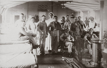 Soldiers and nurses posing on a hospital ward  1914-1918.