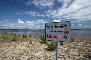 Klein Partwitz  Deutschland  Warnschild am Ufer des Partwitzer Sees