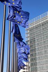 Bruessel  Belgien  Europafahnen vor dem Berlaymont-Gebaeude
