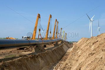 Schulzendorf  Deutschland  Seitenbaumraupen heben die OPAL-Gasleitung an
