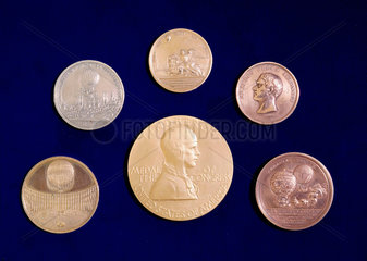 Medals commemorating pioneers of manned flight  18th-20th century.