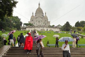 Paris  Frankreich  Touristen mit Regenschirmen an der Basilika Sacre-Coeur de Montmartre