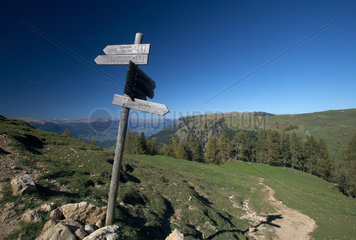 Compatsch  Italien  Hinweisschilder fuer Wanderwege