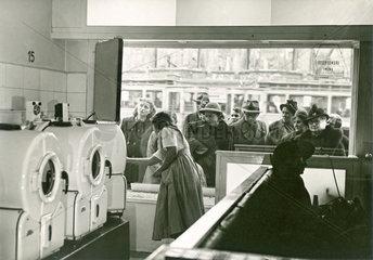 erster automatischer Waschsalon in Deutschland  Muenchen  1950