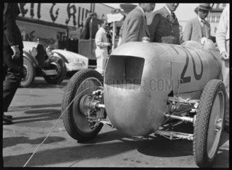 Aerodynamic body showing front-wheel drive  1932.