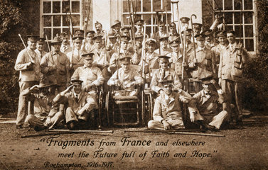 Group portrait of soldiers  many of them amputees  1916-1917.