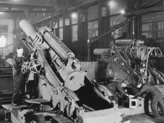 Workers at the Eastleigh locomotive erectin