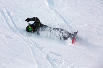 Krippenbrunn  Oesterreich  ein Junge stuerzt beim Snowboarden
