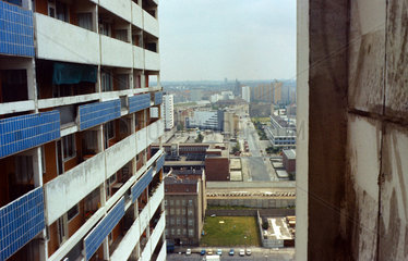 Berlin  DDR  Blick auf den Mauerstreifen in Richtung West-Berlin von einem Hochhaus auf der Fischerinsel