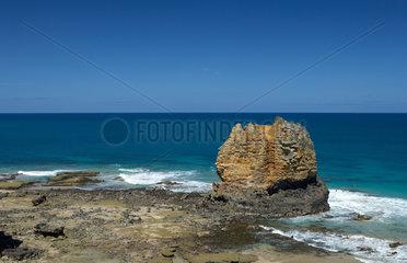 Aireys Inlet  Australien  der Felsen Eagle Rock im Kuestenschutzgebiet vor Split Point