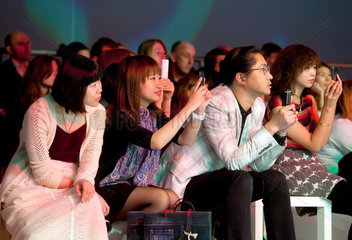 Duesseldorf  Deutschland  Zuschauer auf der C&A-Modenschau bestaunen die Herbst- und Wintermode