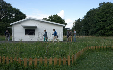 Kassel  Deutschland  Besucher der documenta an einem weissen Holzhaus in der Karlsaue