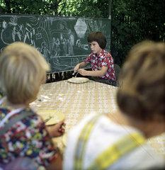 Weimar  DDR  Kinder sitzen im Kindergarten zum Essen an einem Tisch