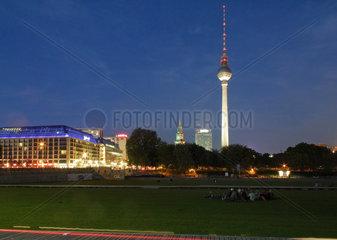 Berlin  Deutschland  Blick vom Schlossplatz Richtung Alexanderplatz bei Nacht