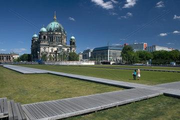 Berlin  Deutschland  Schlossplatz  im Hintergrund der Berliner Dom