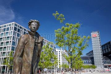 Berlin  Deutschland  Bronzestatue am Washingtonplatz