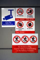 Singapur  Republik Singapur  Verbotsschilder in einer U-Bahnstation