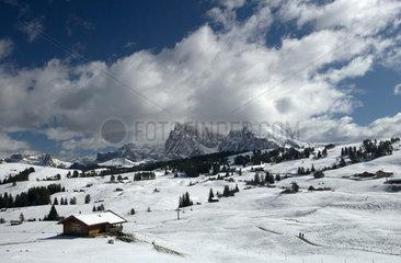 Compatsch  Italien  Blick auf das verschneite Hochtal der Seiser Alm