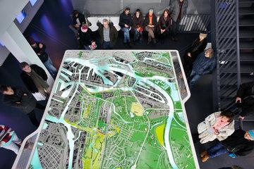 Hamburg  Deutschland  Besucher im IBA Dock schauen sich das Stadtmodell an