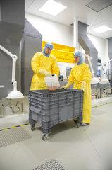 Dortmund  Deutschland  Wissenschaftler bei iX-factory arbeiten im Reinraum