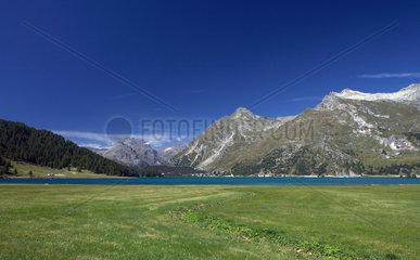 Isola  Schweiz  das Panorama am Silser See mit Blick Richtung Maloja
