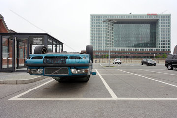 Hamburg  Deutschland  ein Auto liegt auf einem Parkplatz auf dem Dach