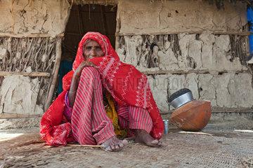 Gunglo Santani  Pakistan  Frau vor ihrer Huette im Dorf