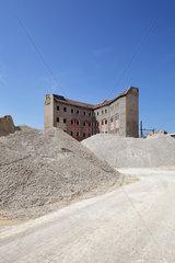 Berlin  Deutschland  Ueberreste eines Plattenbaus am Schiffbauerdamm