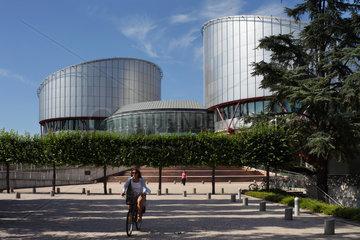 Strassburg  Frankreich  Radfahrerin vor dem Europaeischen Gerichtshof fuer Menschenrechte