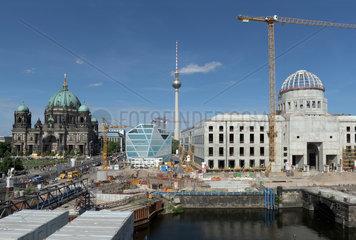Berlin  Deutschland  Dom  Fernsehturm und Berliner Schloss ___ Humboldtforum