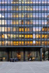 New York  USA  Reflexionen in der Glasfassade eines Buerogebaeudes