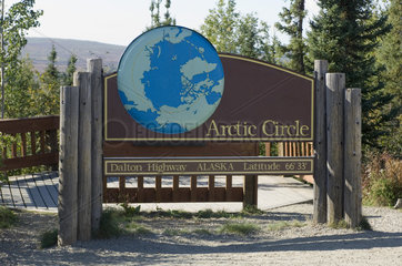 Bettles  USA  Noerdlicher Polarkreis am Dalton Highway