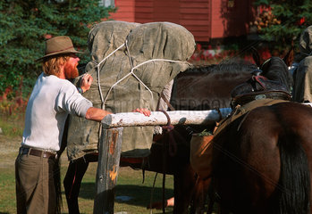 Cantwell  USA  ein Mann bepackt seine Pferde