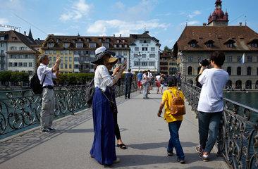 Luzern  Schweiz  Touristen auf dem Rathaussteg