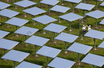 Juelich  Deutschland  ein Forscher arbeitet im Spiegelfeld des Solarturmkraftwerks Juelich