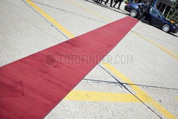 Roter Teppich und Limousine
