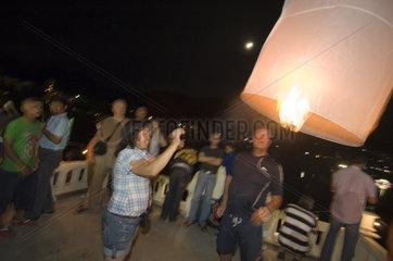Phuket  Thailand  Menschen beim Lichterfest Loi Kratong