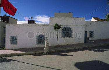 Chefchaouen  Marokko  ein Mann geht eine Strasse entlang